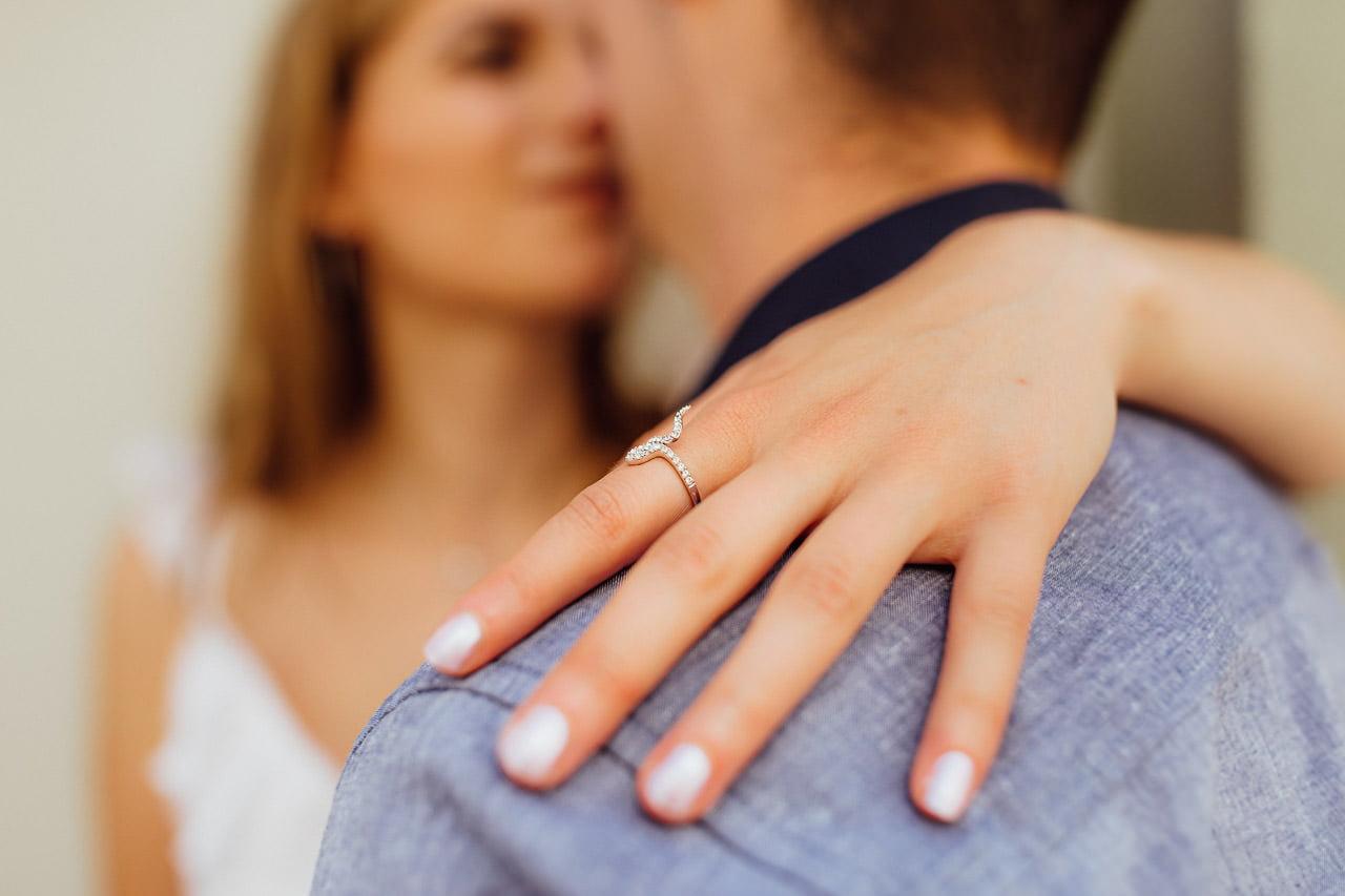 Ein Verlobungsring bei einem Fotoshooting in Kelheim