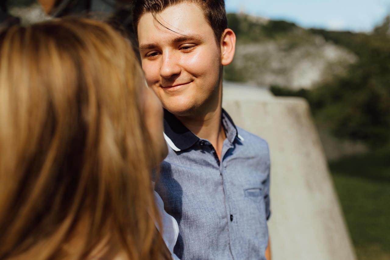 Das Lächeln eines Jungen bei einem Paar-Fotoshooting in Kelheim