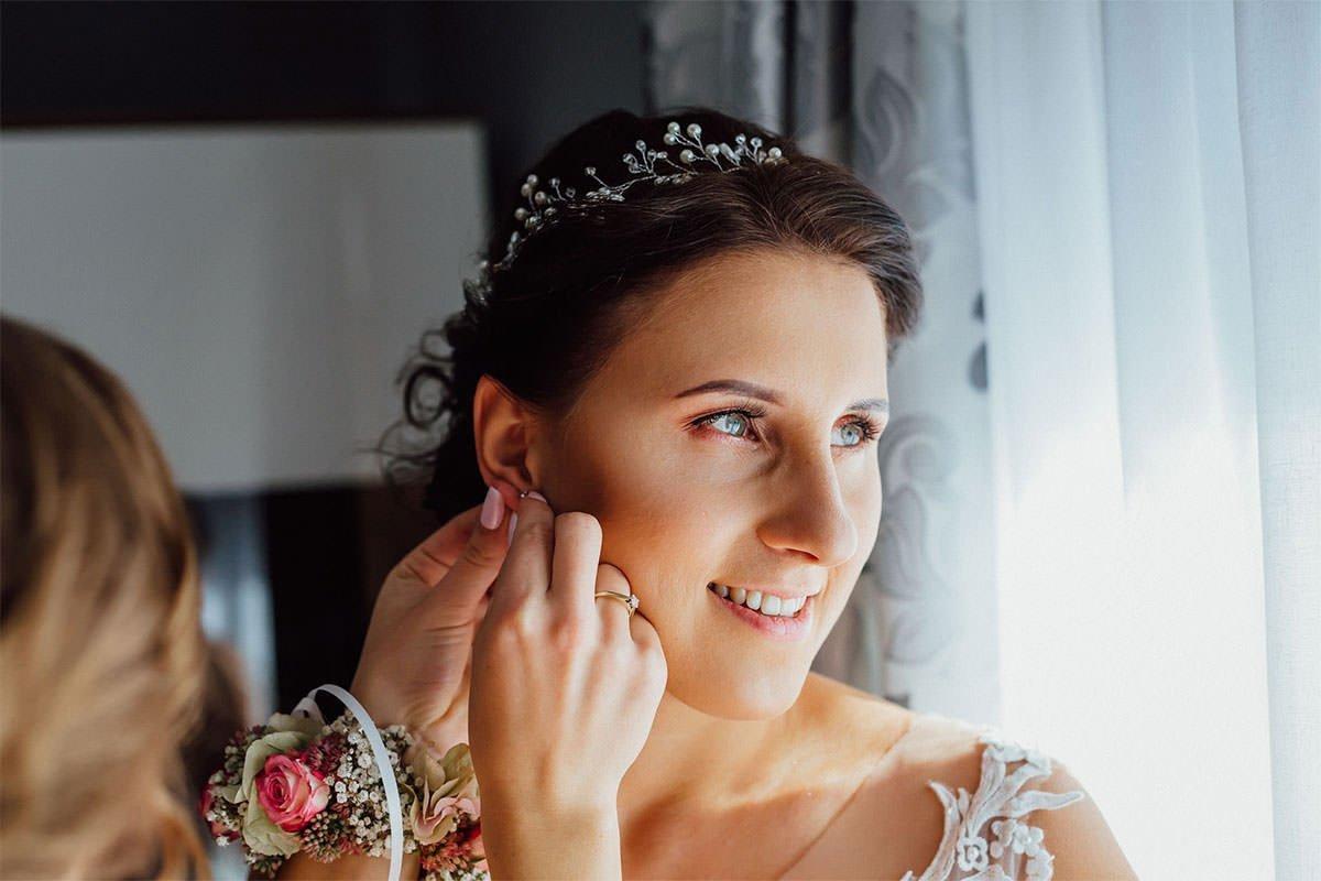 Beim Braut-Make-up sind Details wie Ohrringe wichtig