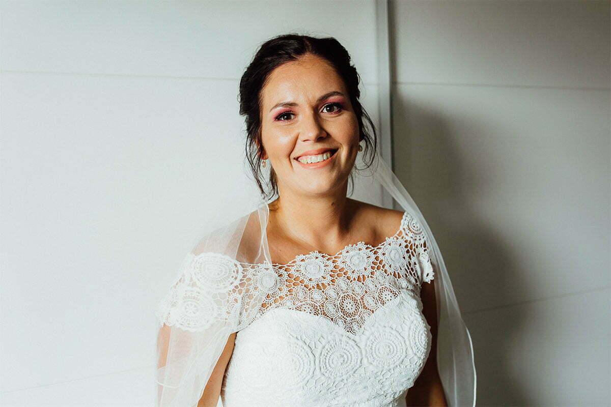 Lächeln, Brautkleid und Braut-Make-up sind die wichtigsten Schritte bei der Vorbereitung auf eine Hochzeit
