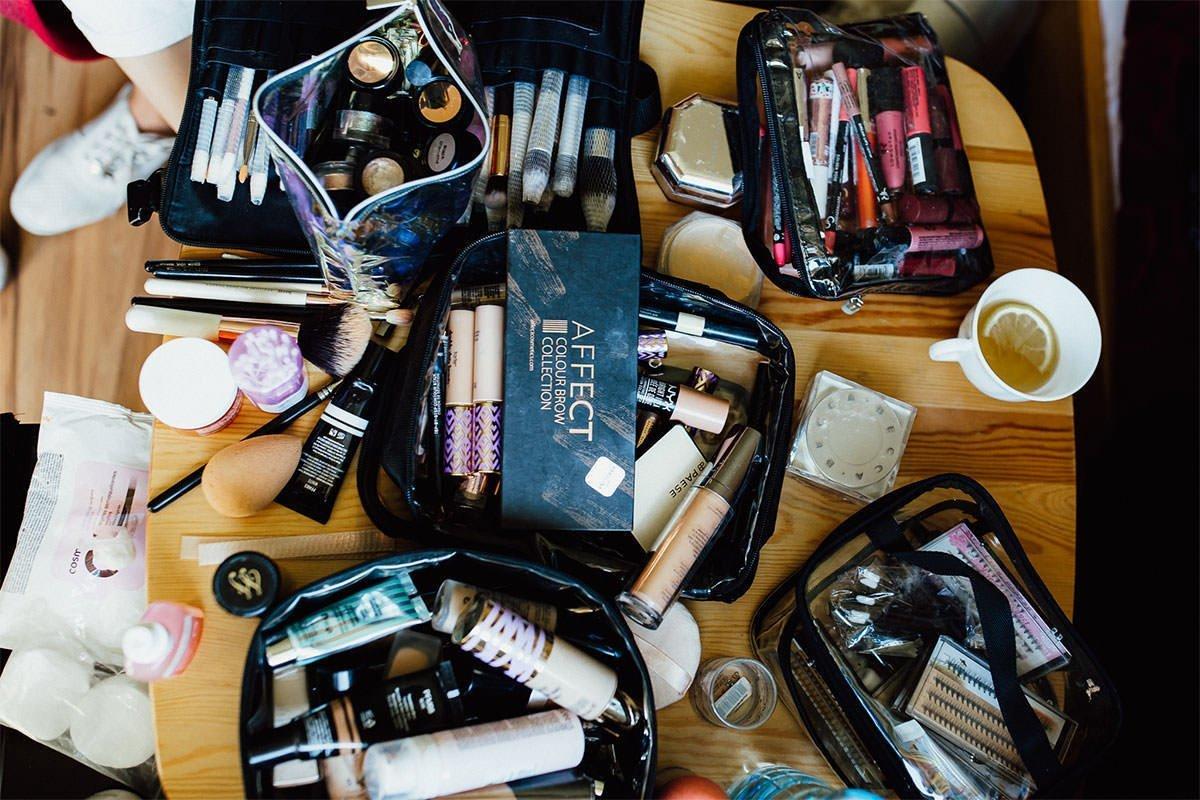 Kosmetika, die für das Braut-Make-up benötigt werden.