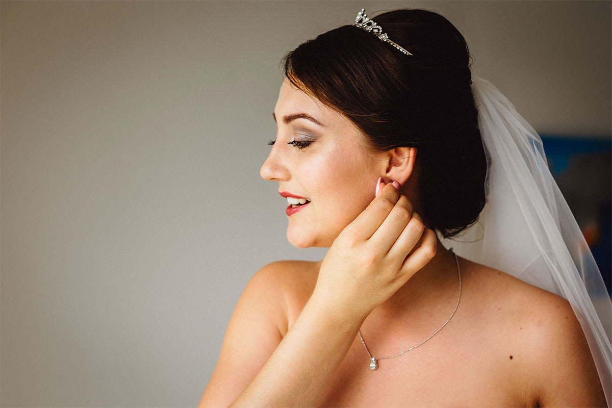 Sobald die Braut mit dem Make-up fertig ist, überprüft sie, ob alles richtig ist.
