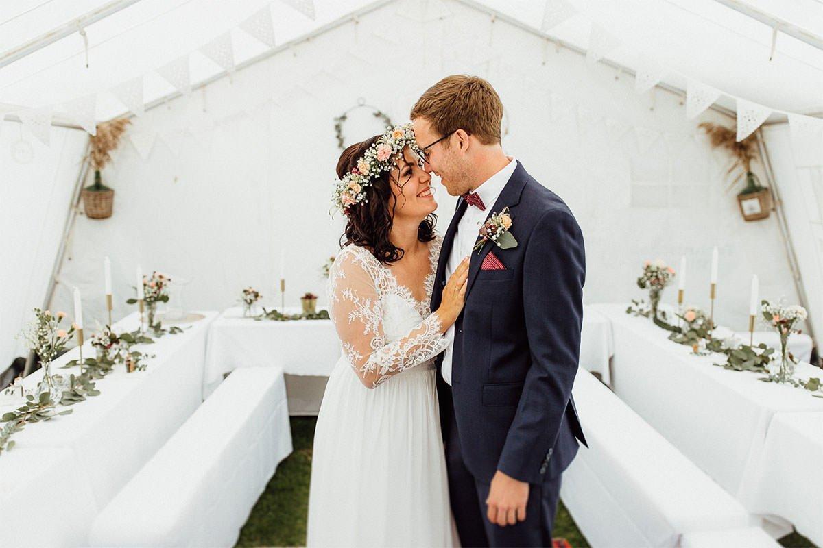 Bescheidene Hochzeit in einem Zelt im Boho-Stil in Nürnberg