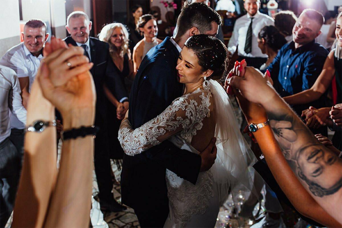 Beim ersten Tanz tanzen das Brautpaar in der Mitte des Raumes und die Gäste tanzen händchenhaltend herum.