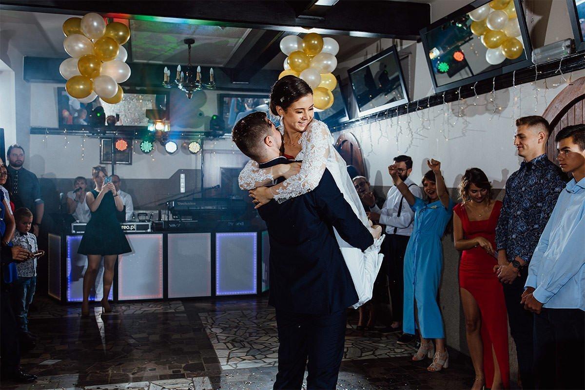 Bei einer Hochzeit in Polen hebt der Bräutigam während des ersten Tanzes die Braut