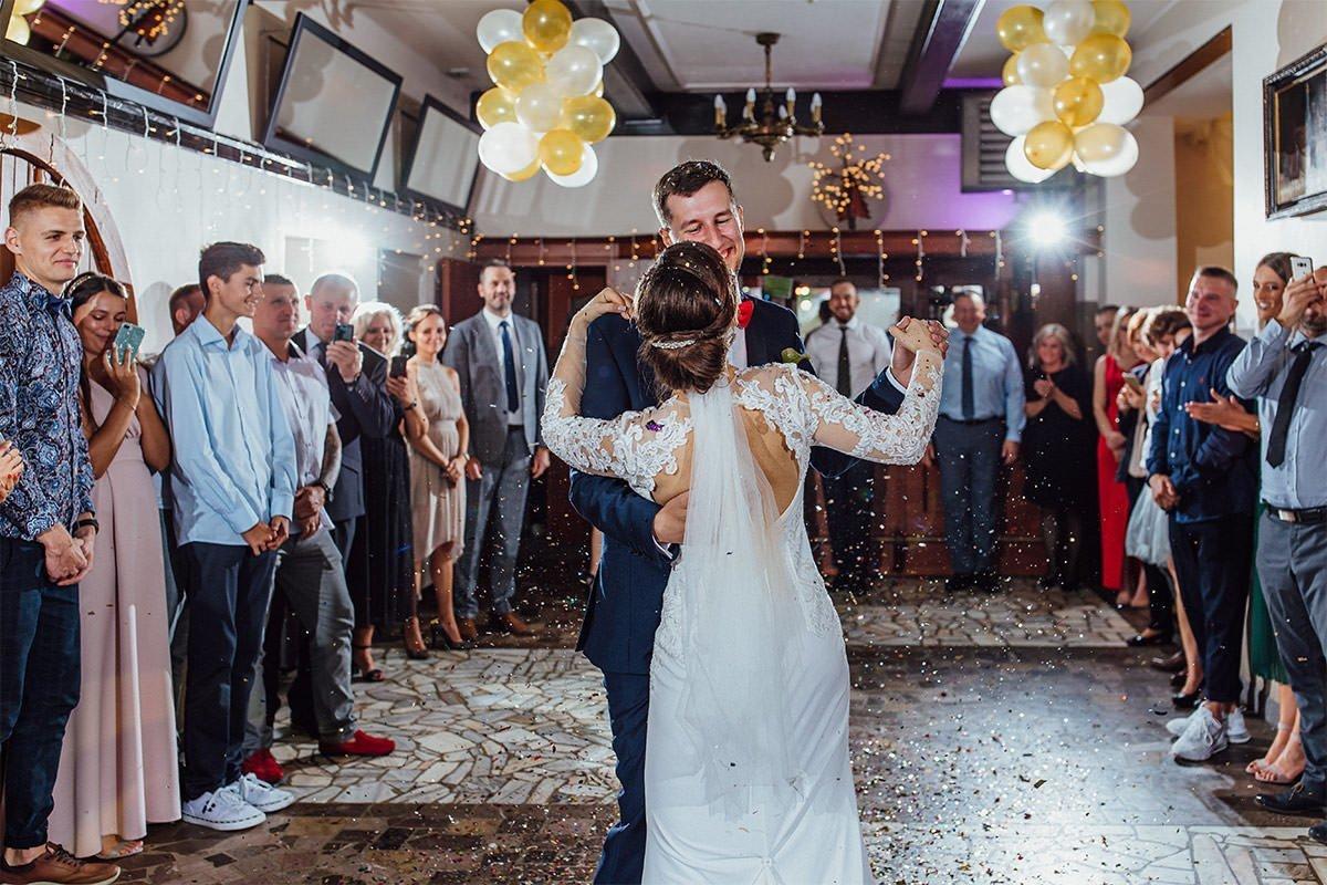 Der erste Tanz der Braut und des Bräutigams bei einer Hochzeit in Polen.