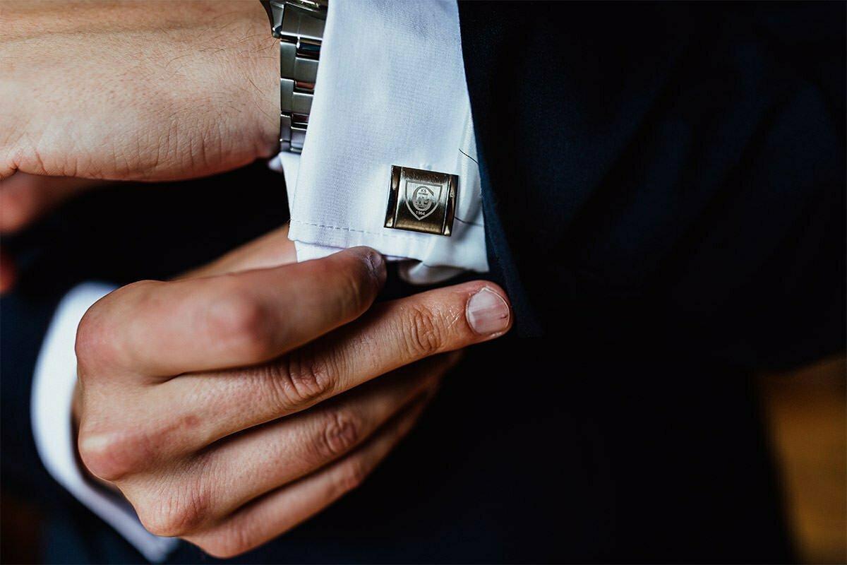 Bei einer Hochzeit in Polen trägt der Bräutigam eine Hemdnadel.