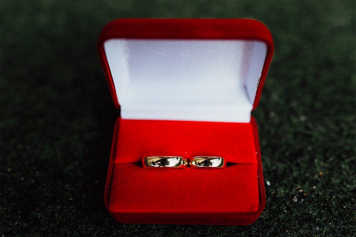 Goldene Trauringe sind eines der wichtigsten Details bei einer Hochzeit in Polen