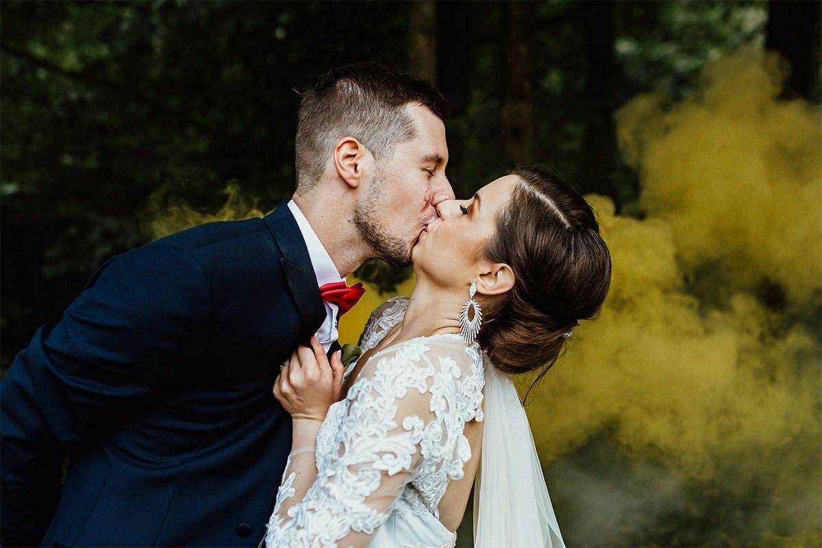 Ein Brautkuss und Rauchschwaden.