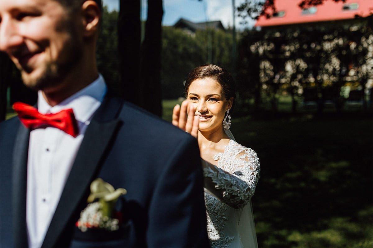Braut nähert sich Bräutigam ersten Blick in Polen
