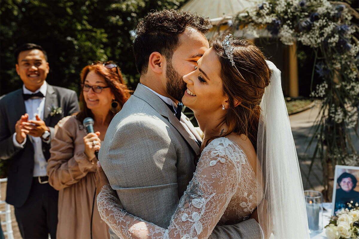 Das Brautpaar bei seiner Hochzeit im Kurhaus Bad Tölz