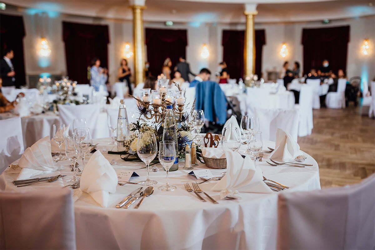 Wunderschön dekorierte Tische bei einer Hochzeit im Kurhaus Bad Tölz
